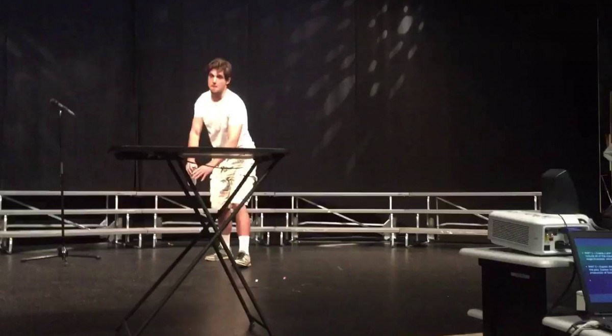 He dropped a plastic bottle on stage but what happened next drove the audience crazy! (video)