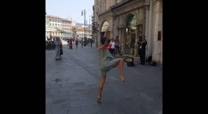 Woman performs a stunning ballet dance to the sound of a street violinist in Italy